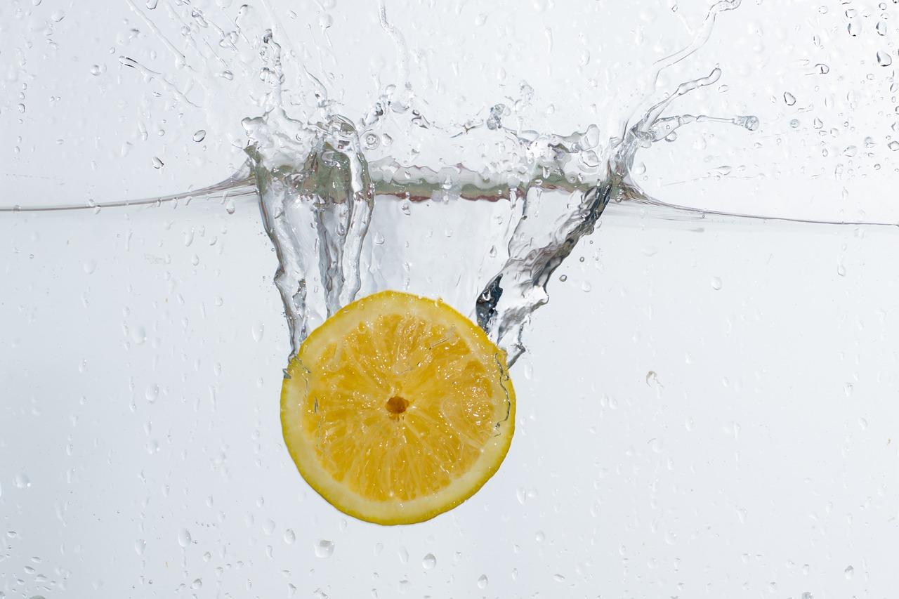 un citron, du vinaigre et un cure-dent pour nettoyer toute la