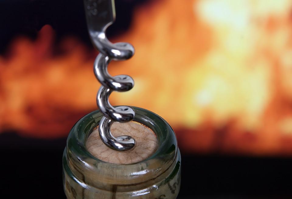 Video 7 Méthodes Loufoques Pour Ouvrir Une Bouteille De
